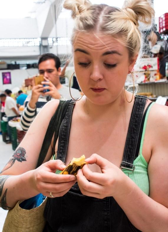 Keiko Tulloch, de Escocia, descubriendo un plátano dominico