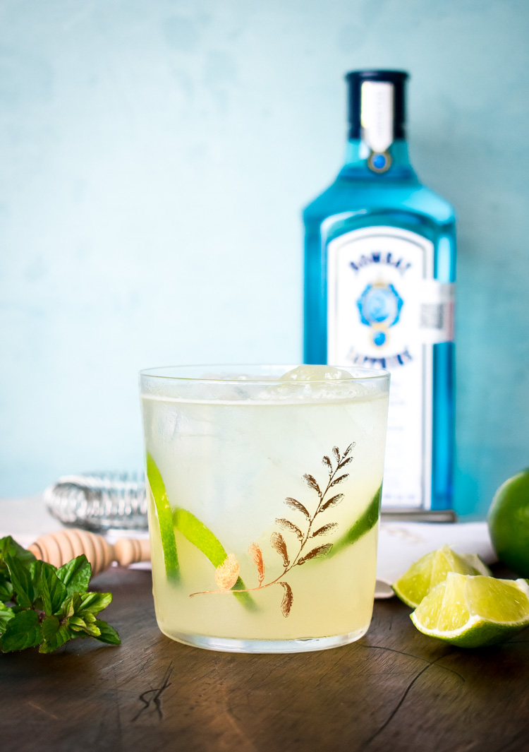 Coctel de Bombay Sapphire: gin, miel y limón. Bees Knees