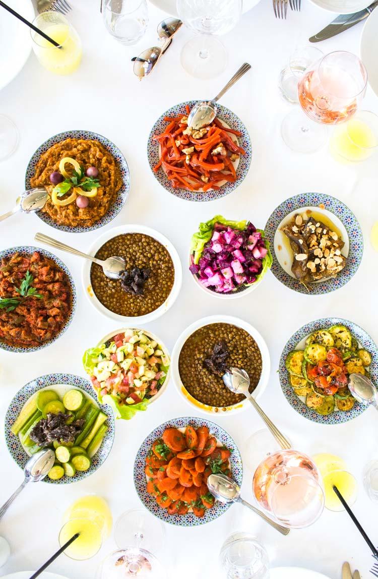 """Un surtido de """"ensaladas"""" marroquíes, servidas antes del plato principal"""