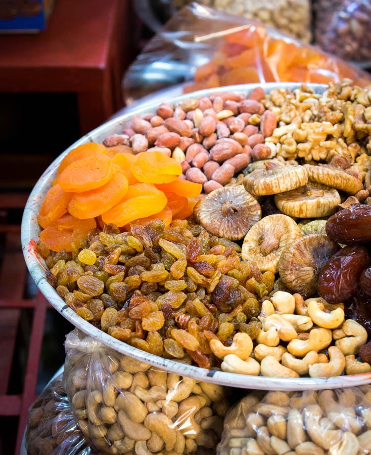 Frutas secas y semillas en un puesto FEs, Marruecos