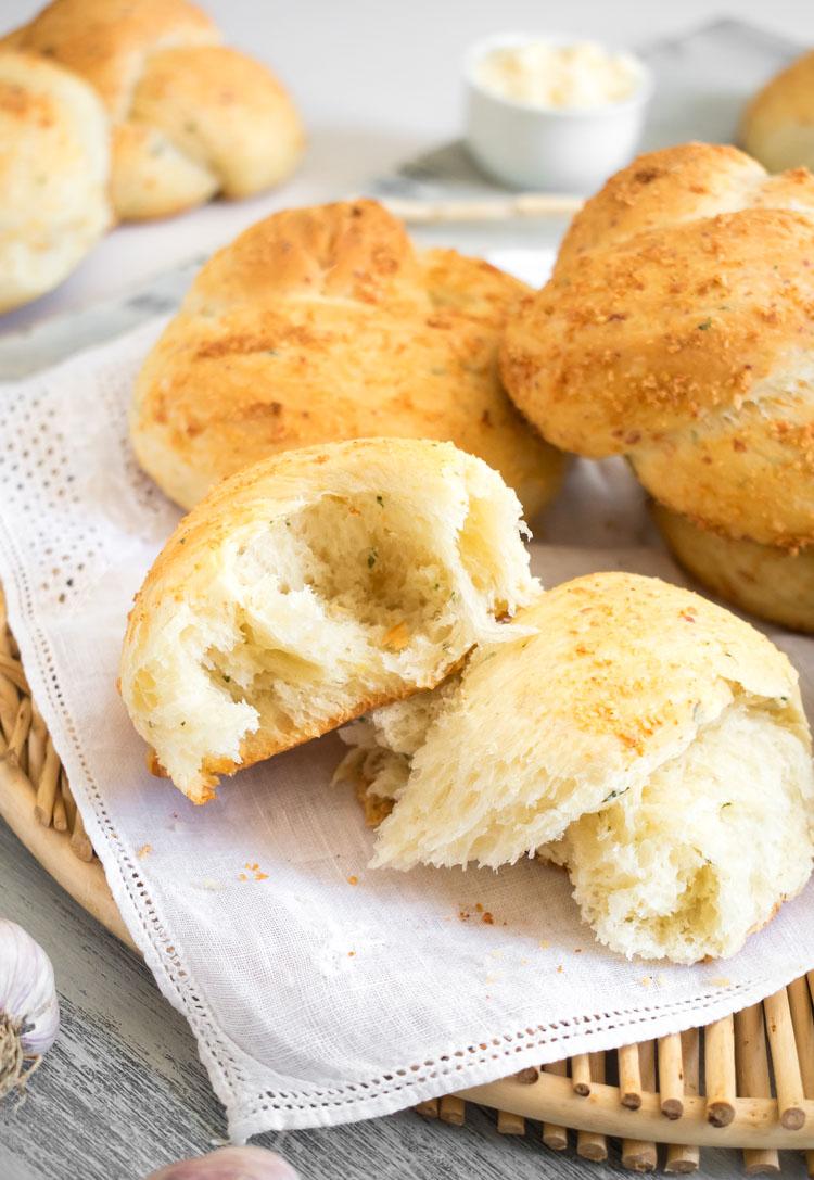 Receta de pan de ajo y parmesano, o garlic knots, en revista Maria Orsini