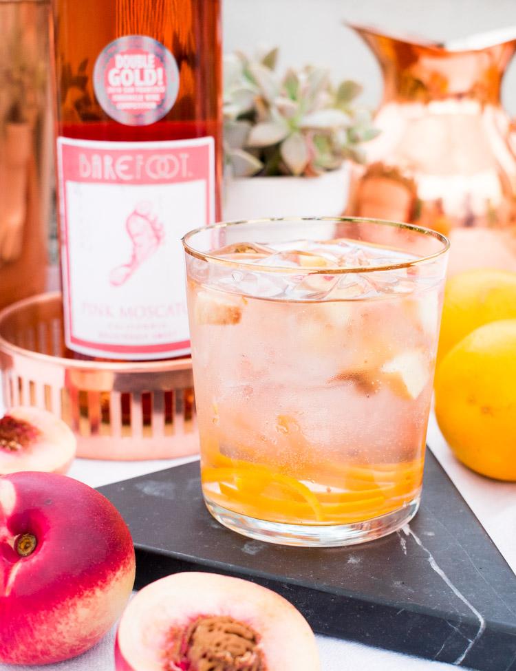 Coctel de vino rosado con fruta