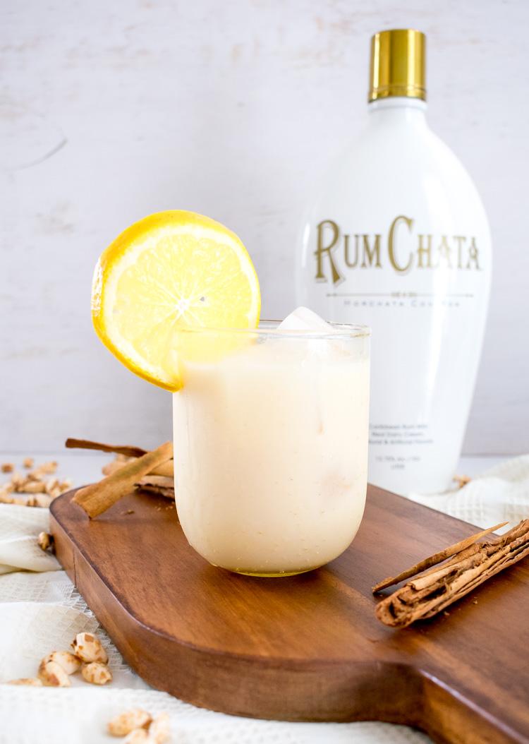 Coctel con rum chata, horchata con ron