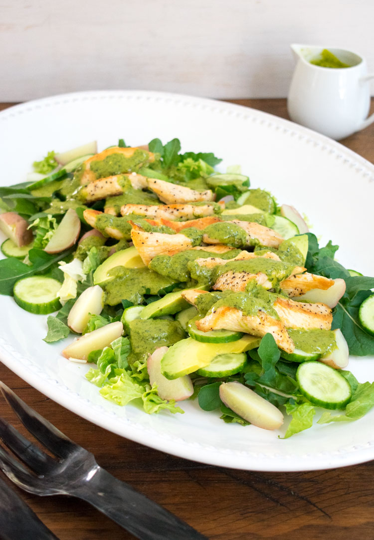 Ensalada tibia de pollo y papas con aderezo de cilantro