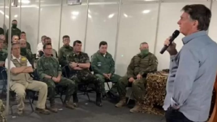 O presidente Jair Bolsonaro discursa para militares em Formosa (GO)