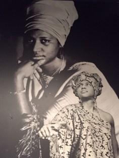 Fotomontagem do primeiro desfile de moda africana do sul dos Estados Unidos.