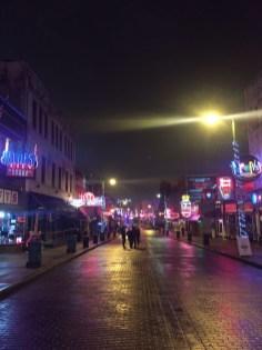 Beale Street, histórica rua onde se concentram os clubes e bares desde os anos 40.