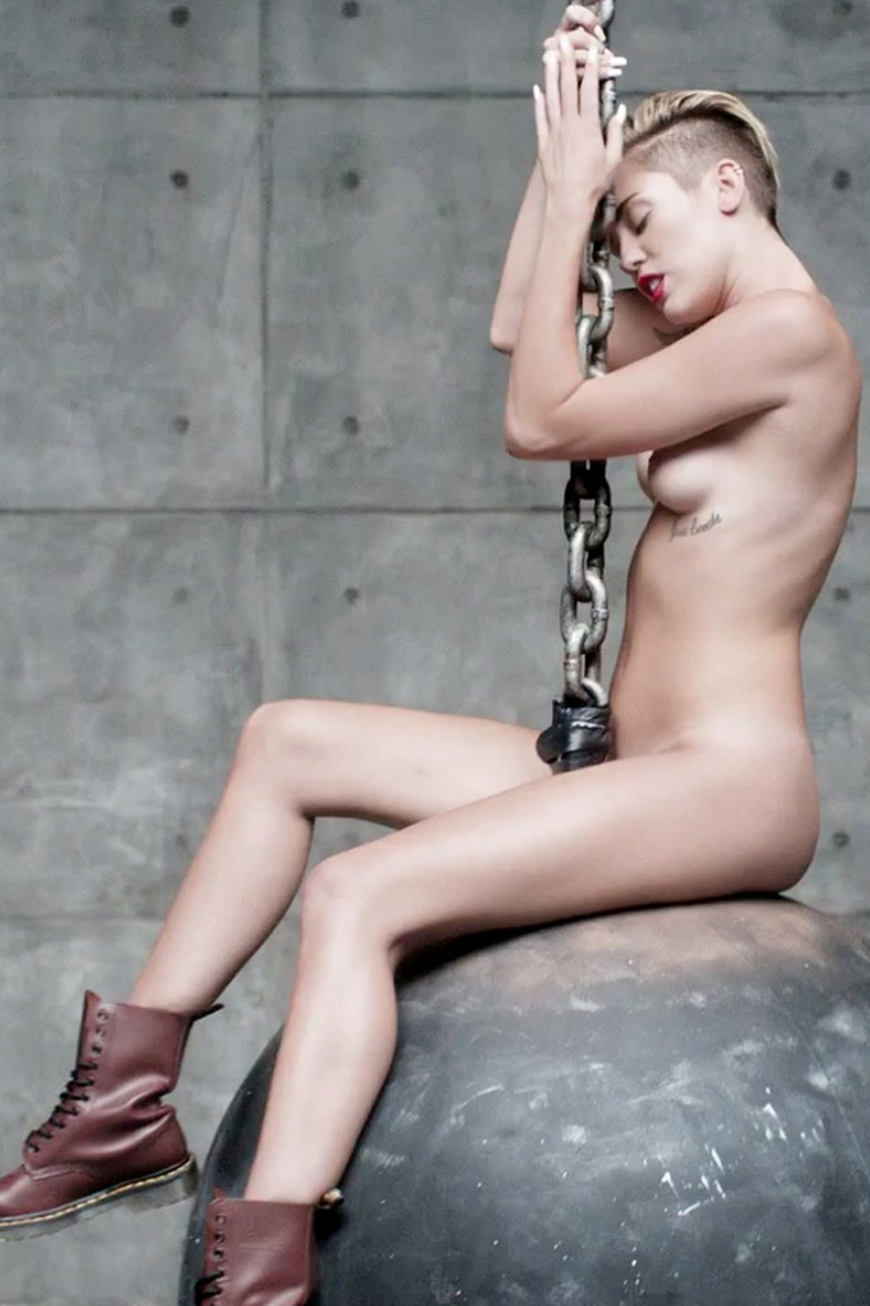 miley-cyrus-nude-in-her-new-video-wrecking-ball-19