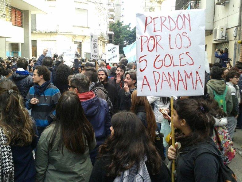 Acto Día de la Bandera - Macri, solo entre vallas. La gente que quiso acercarse y fue reprimida por gendarmería-5-