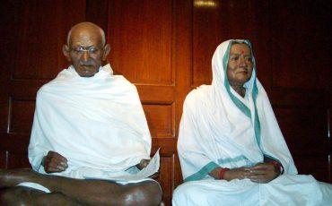 2Estátuas-de-Gandhi-e-Kasturba-.Wikimedia-Commons