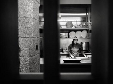 Lucía na nova cociña de A Tafona. Foto: Iván Barreiro
