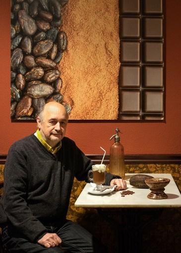 Carlos Vázquez, cun dos seus chocolates con nata. Foto: Iván Barreiro