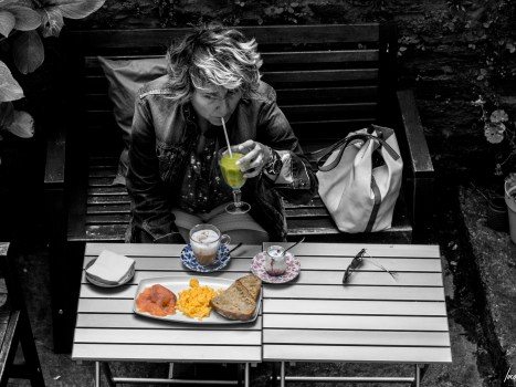 Jessi gozando dun almorzo no Blu Café tras durmir no Hotel Real