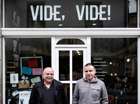 Xosé e Martiño, na porta de Vide, Vide! Foto: Iván Barreiro.