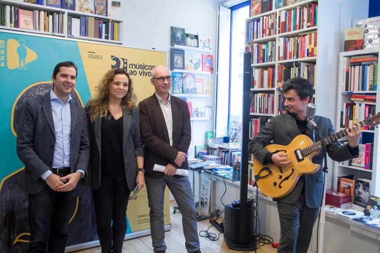 O director da Agadic, Jacobo Sutil, María Garrido, de Martín Códax; Ramón Bermejo, de Músicos ao Vivo; e Mr Cool, na libraría do Cinema Númax. Foto: Xoán Crespo