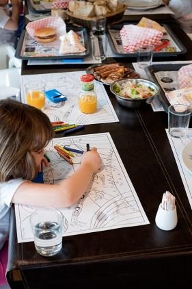 Detalles como manteis para pintar gustan moito á rapazada. Foto: Iván Barreiro