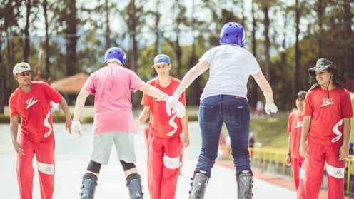 Se o assunto for passeio radical, o Ski Mountain Park conta com duas pistas de esqui e snowboard para os visitantes Divulgação