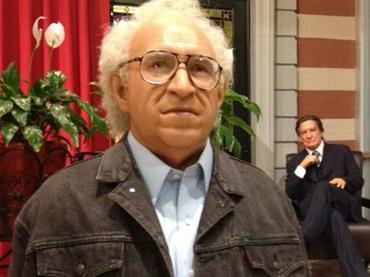 Carlos Monsiváis en el Museo de Cera de la Ciudad de México.