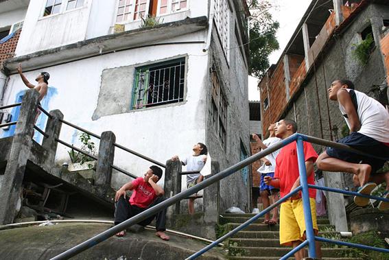 Jóvenes vuelan cometas en la favela Babilonia, de Río de Janeiro. Foto © Karen Hoffman.