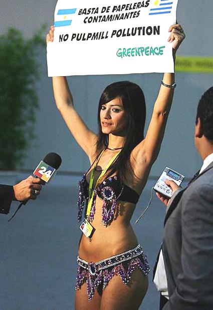 Evangelina Carrozzo, bailarina, modelo y ecologista argentina, en una protesta de Greenpeace en el marco de la IV Cumbre Unión Europea-América Latina y el Caribe, en Viena, el 12 de mayo de 2006, por la instalación de plantas de celulosa sobre la orilla del río Uruguay.
