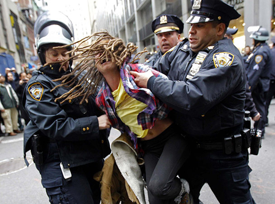 Un occupy arrestado en Nueva York durante una protesta en 2011. Foto © Mike Segar / Reuters.