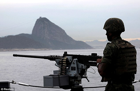 Un marino brasileño preparado para enfrentar los disturbios. Reuters.