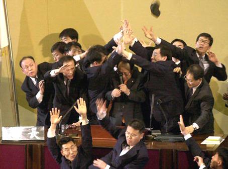 Trifulca entre congresistas de izquierda y de derecha en Japón.