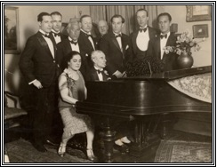 1932. Ravel al piano; a la extrema derecha, Gershwin.