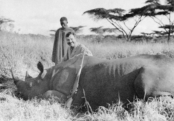 Hemingway con un rinoceronte abatido por él, ca. 1933.