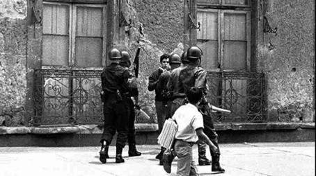 El estudiante Ernesto Zedillo reprimido por la policía en 1968.