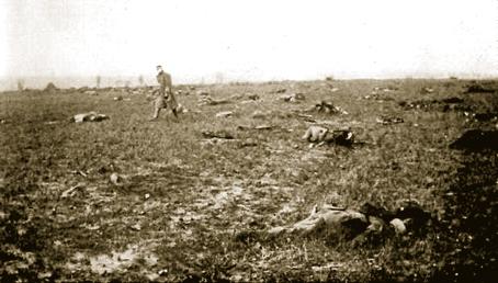 Cuerpos en un campo de batalla.