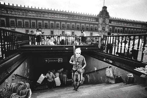 A la salida de la estación Zócalo del metro. Foto © Francisco Mata Rosas.