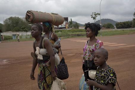 La gente huye de sus hogares debido a la violencia y se refugia en las iglesias o en el aeropuerto. © Camille Lepage/Polaris.