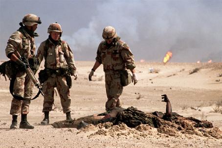 Soldados estadounidenses ante el cadáver de un soldado iraquí.