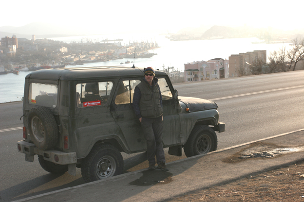El autor y el lazik en el que viajó de Moscú a Vladivostok.