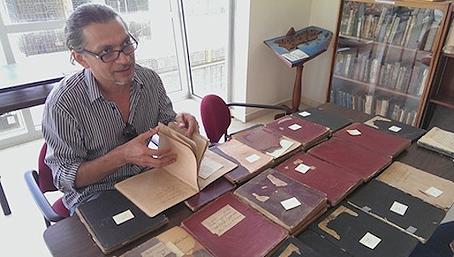 El botánico Dr. Jorge Carlos Trejo está trabajando para digitalizar, transcribir, comentar y publicar los manuscritos finales de la 'Botánica antillana'. Foto por Eliván Martínez Mercado | Centro de Periodismo Investigativo.