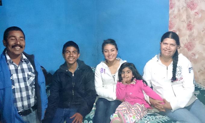 El líder triqui Bonifacio Martínez y su familia. Foto © Orlando Cruzcamarillo.