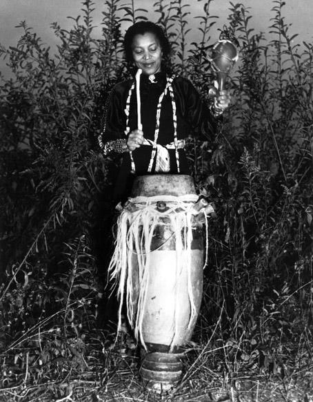 Hurston con uno de los instrumentos sagrados del vudú.