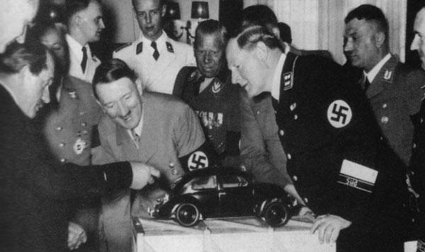 Ferdinand Porsche le muestra el primer modelo de Volskwagen a Hitler, en 1935.