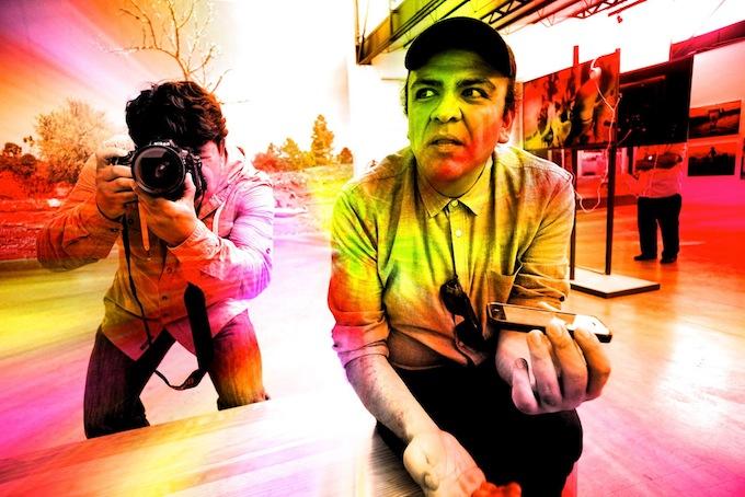 El periodista Jesús Pacheco entrevista a Pedro Meyer, autor de la fotografía.