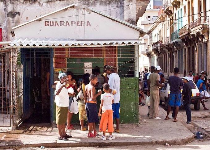 Un viejo expendio de jugo de caña, en La Habana.