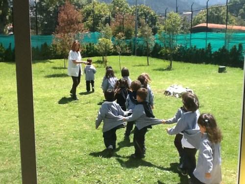 El alumnado de infantil recibió formación para casos de emergencia por parte de alumnado de ESO, coordinados por el servicio de enfermería del CCEE Reyes Católicos