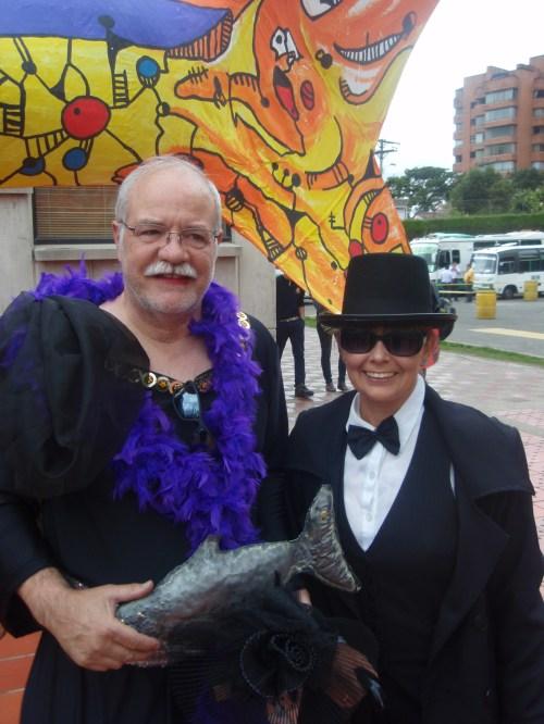 Jorge Mendoza, con su esposa María del Mar Vega. Al fondo la sardina del Carnaval 2013