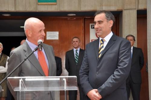 El Embajador de España, Don Nicolás Martín y el Rector, Don Luis Fernández, dirigiéndose a la Comunidad Educativa. (Fotografía de Juan Francisco Zuleta Orjuela).