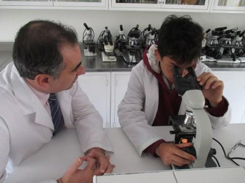 Juan Pablo Mantilla, en el Laboratorio de Ciencias Naturales del CCEE Reyes Católicos