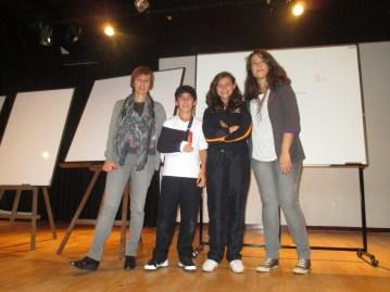 Las profesoras Isabel Hernández y Claudia Sánchez con  alumnado ganadora.