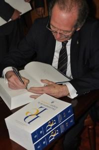 José Antonio Blecua, Director de la RAE, firmó un ejemplar del Diccionario para la Biblioteca