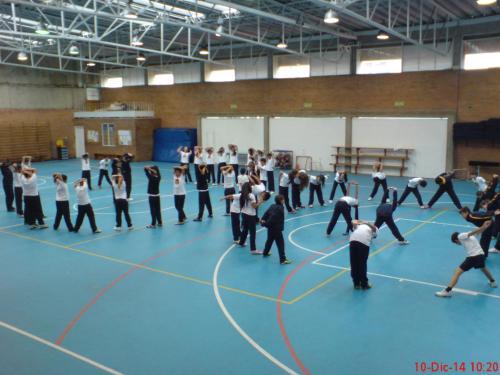 Alumnado de diferentes cursos  trabajando conjuntamente en varios ejercicios.