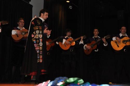 Uno de los solistas de La Tuna de Alcalá en plena interpretación.