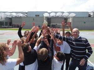 Equipo ganador de copa con el profesor Federico .